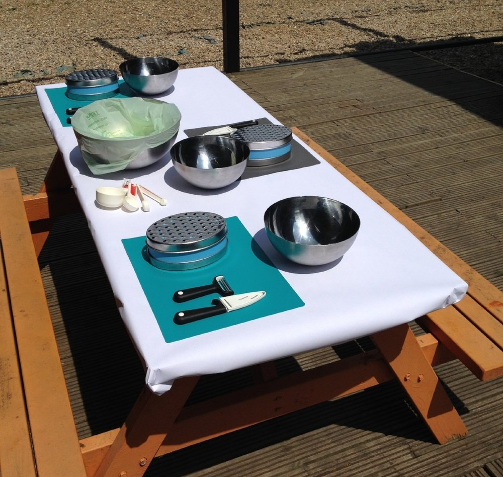 Large serving bowl and Set of measuring cups