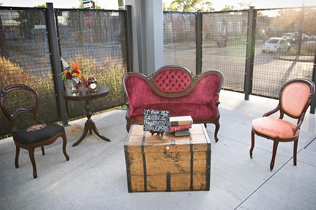 Lounge seating arrangements are one of my fav moments to style at any event! They create a beautiful space for guests to relax and enjoy the festivities ❣️ Although the company I rented these beauties through is no longer in business (Patina Preferred) you can now find their inventory over @plankandpearl , plus a ton of other fabulous rentals! Let me know if I can help you style up a unique lounge setting at your next event 🛋🕰🌃