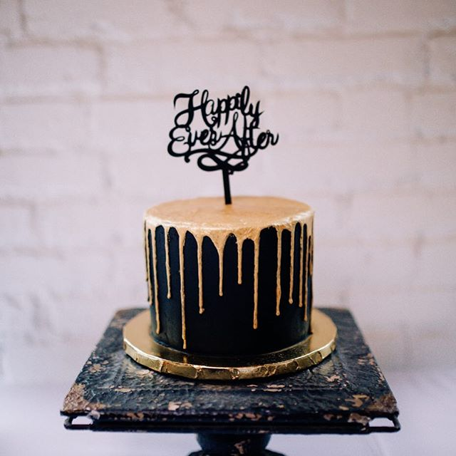Probably my favorite sweetheart cake to date! This was a peanut butter cake topped with chocolate buttercream(colored black) with a chocolate drip(painted gold). Oh and there were crushed peanut butter cups in between the layers. So good, and beautiful work by my fabulous sister, Andrea of @thecupcakegypsies 🍫🍽🥂