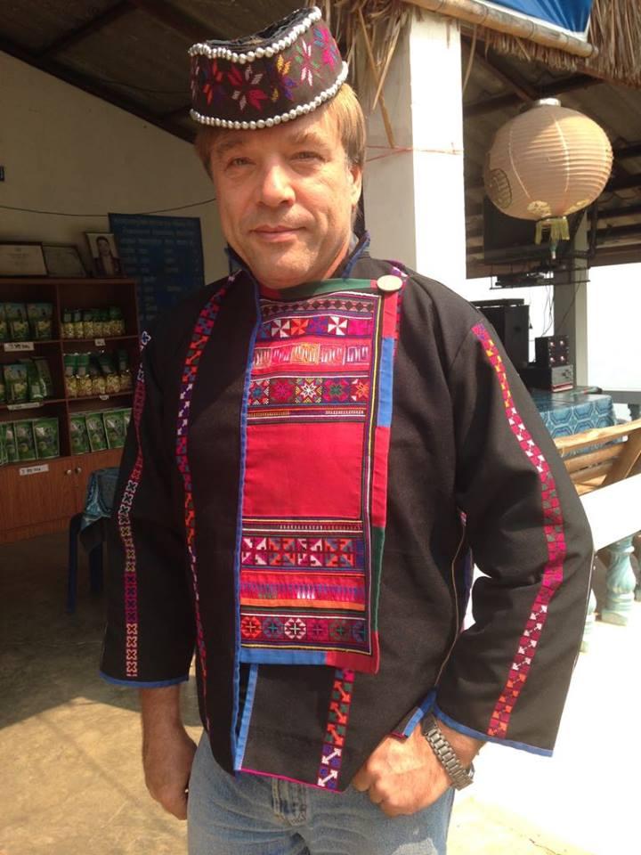 Andrzej Rybak in einer thailändischen Tracht eines im Goldenen Dreieck beheimateten Stammes