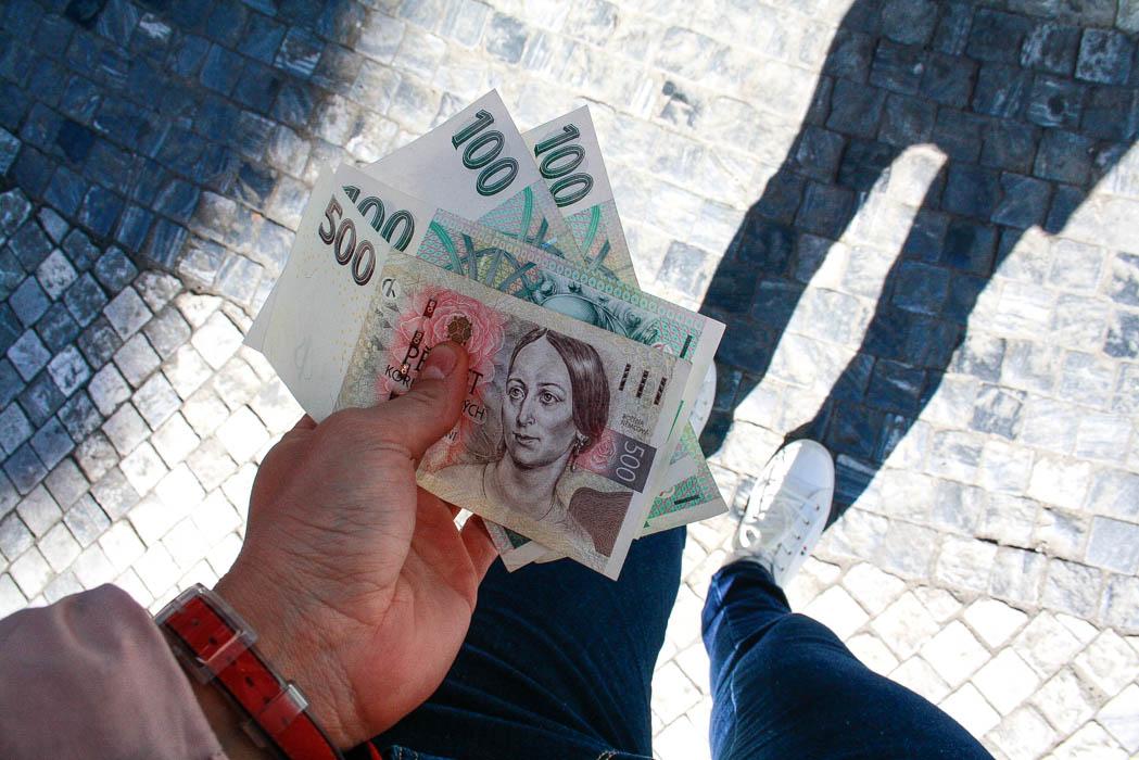 money-tips-for-travel-cash
