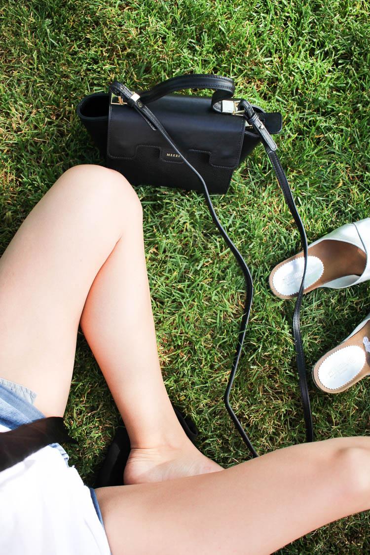 Mezzi bag in the grass