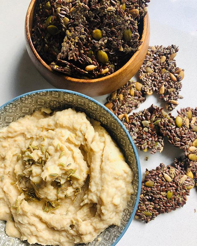 As most requested here is the recipe to my parsnip and coconut dip!  Roast 3 parsnips at 180 C degrees for 40 minutes. Slice length ways and scoop out flesh. Place in a blender with 1 can of drained cannellini beans (keep the water it is sitting in), 1 tbs tahini, 2 tbs shredded coconut, 1/2 tsp fennel seeds, 1 tsp @pickldit coconut spice mix, 1/4 tsp salt and 1/2 cup of the water from the can of cannellini beans. Blend together until smooth. Add more water for a thinner dip consistency or less for a thicker one. Sprinkle with some fennel seeds and serve with crackers. Pictured here are my cumin and fennel seeds crackers, which is linked in my bio and on my recent story!  Enjoy dip lovers 🙌🏻