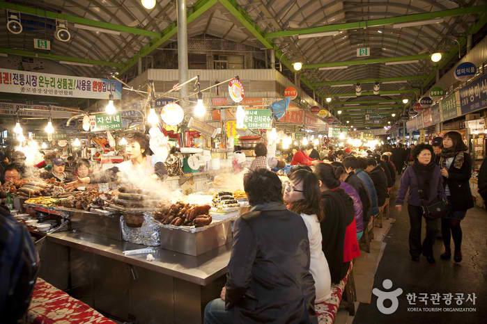 People having their fill at Gwangjang market. Image credit:  Korea Tourism Organization