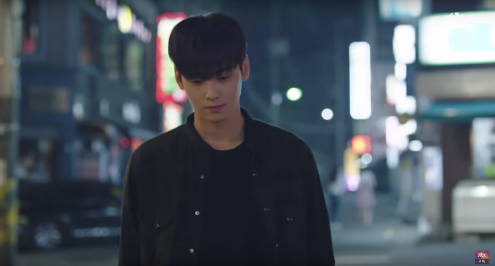 Cha Eun Woo turning the street to his runway in 'My ID is Gangnam Beauty' EP 4. Still from  JTBC  Youtube clip