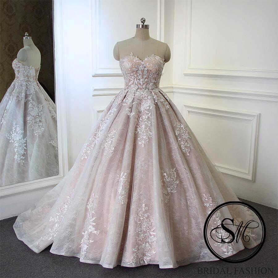 Ball gown silhuett med sweetheart neckline i modern design  8 999 SEK