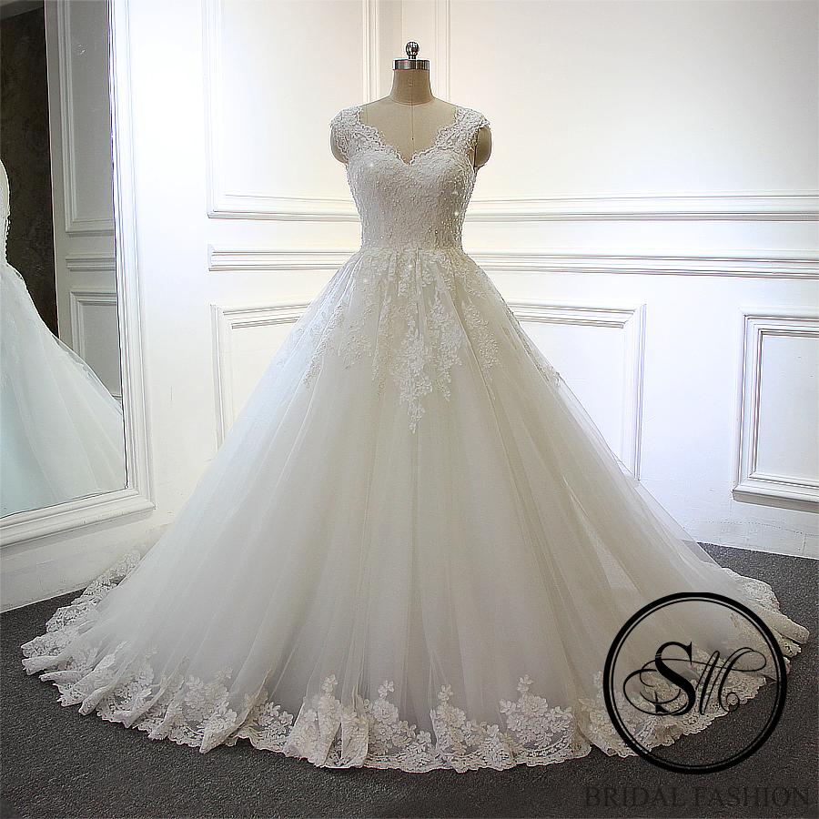 Ball gown silhuett i ljus ivory med v urringning i klassisk design  7 999 SEK