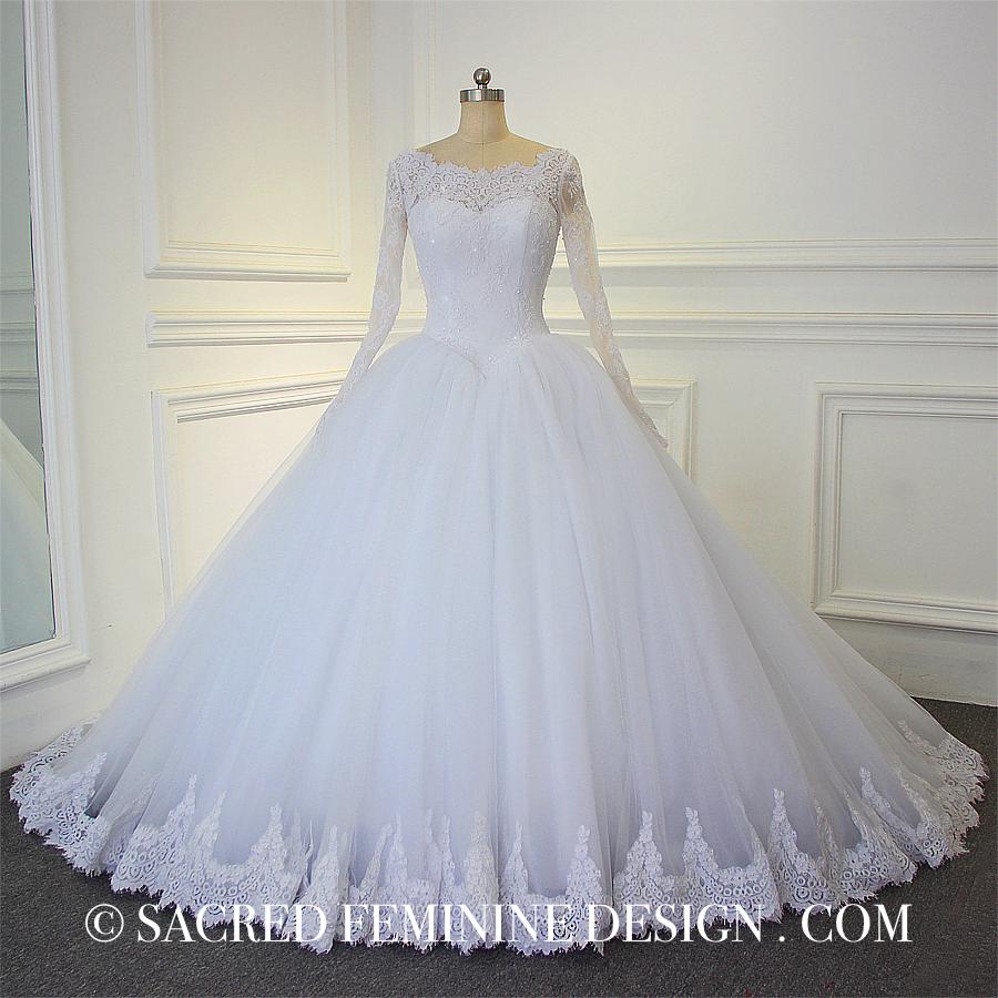 Ball gown silhuett i detaljerad spets med långa ärmar i klassisk design  8 999 SEK