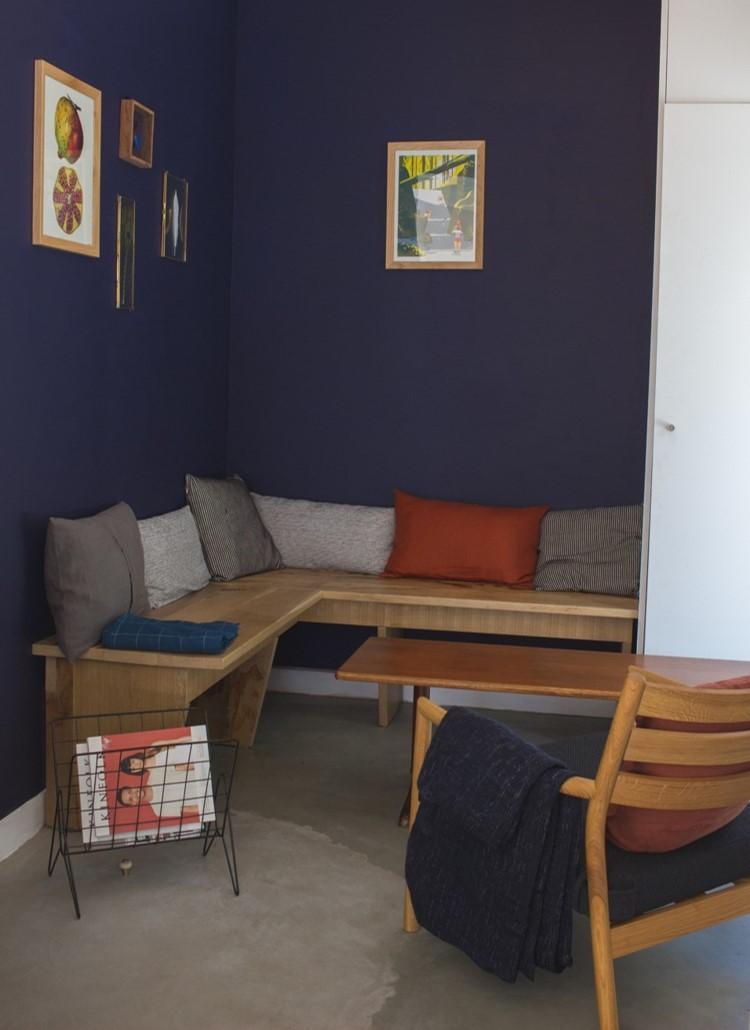 - Trouver l'ambiance du lieu n'est pas chose facile, on comprend vite la complexité du métier d'architecte d'intérieur ! Notre entourage est venu nous épauler pour les derniers travaux : peindre en bleu le salon et les WC puis réaliser un mur en brique rouge derrière le bar avec de vraies briques !!