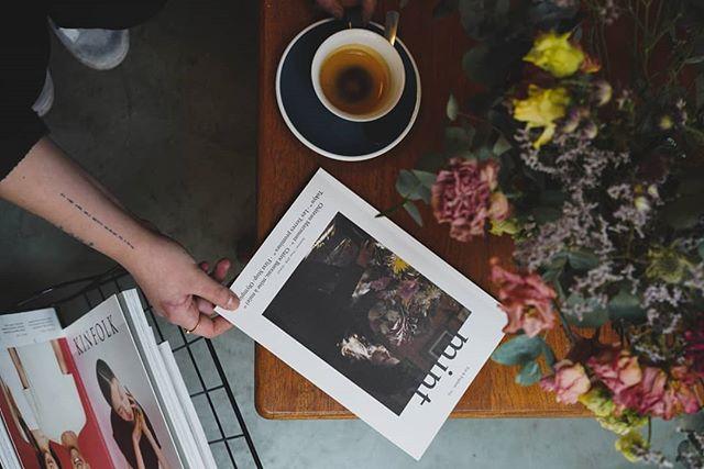 Nous proposons également un choix de livres et de magazines pour vos pauses cafés 🤓📖 #coffeeshop #rouen #coffee #cafe #baristadaily #specialtycoffee #expresso #coffeegeek #coffeecup #coffeevibes @manmakecoffee #coffeecorner #kinfolk #mintmagazine
