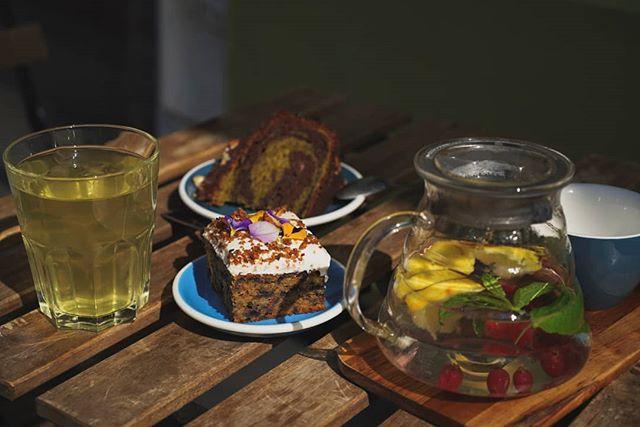 C'est les beaux jours, venez déguster notre thé glacé maison fait avec les thés @kodamaparis ! Le Rehab se prête particulièrement : thé vert, citronnelle et gingembre 😎 #coffeeshop #rouen #coffee #cafe #pastries #patisserie #cake #carrotcake #the #tea #icedtea #sun #summer