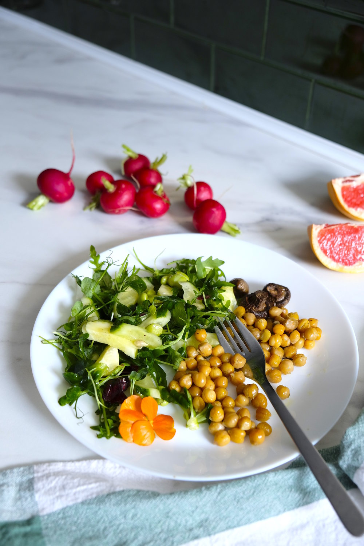 Năut la cuptor cu salată de rucola germeni de mazăre și ciuperci la cuptor_rețetă sănătoasă_The Nature Project.jpg