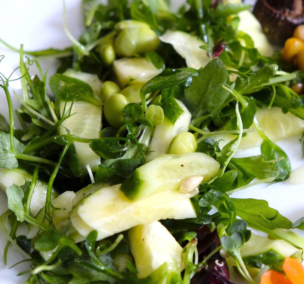 Salată mixtă - cu edamame și germeni de mazăre