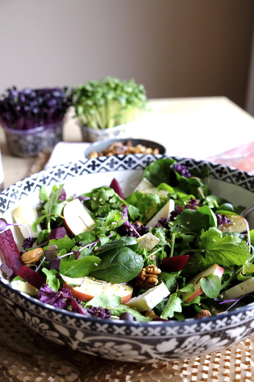 Salata sanatoasa cu legume organice rucola baby spanac nuci coapte branza pecorino cu pere kale_The Nature Project.JPG