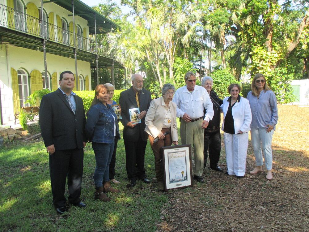 Key West, La Casa de Ernest M. Hemingway - La Presidente y Fundadora de la ANLMI entrega la proclamación a la Casa / Museo de Hemingway en Key West, Florida.