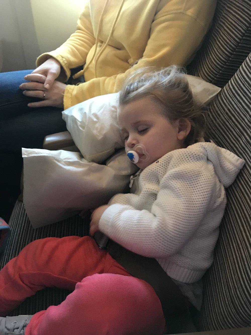Kind schlafen Flugzeug