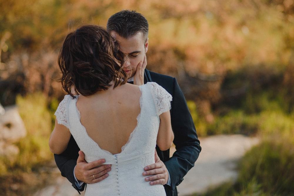 abrazo cariñoso de pareja de novios en postboda