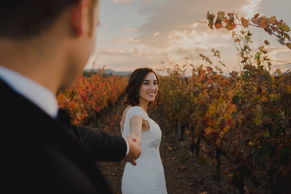 novia sonriendo a novio entre viñedos