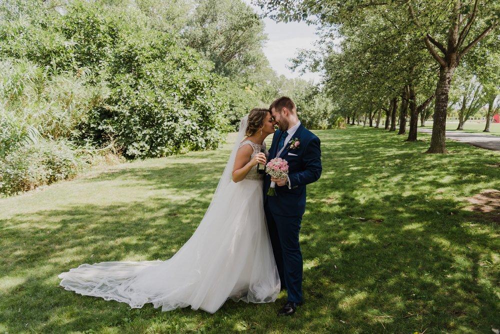 pareja de novios postboda abrazo ramo parque ebro logroño