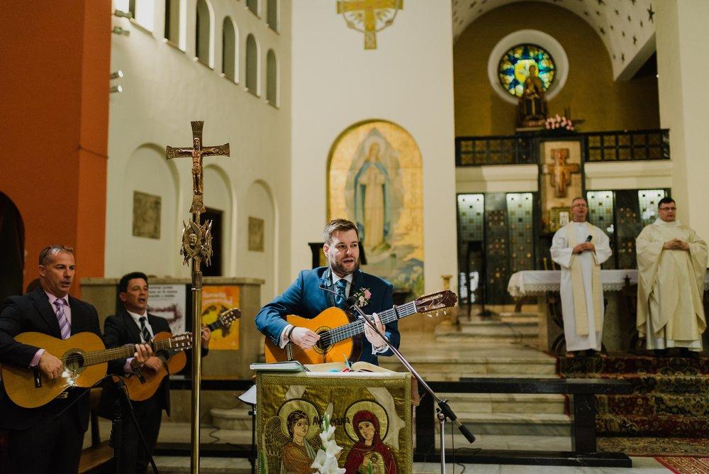 novio tocando guitarra en boda valvanera logroño