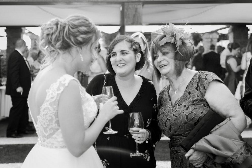 novia conversando con familiares coctel