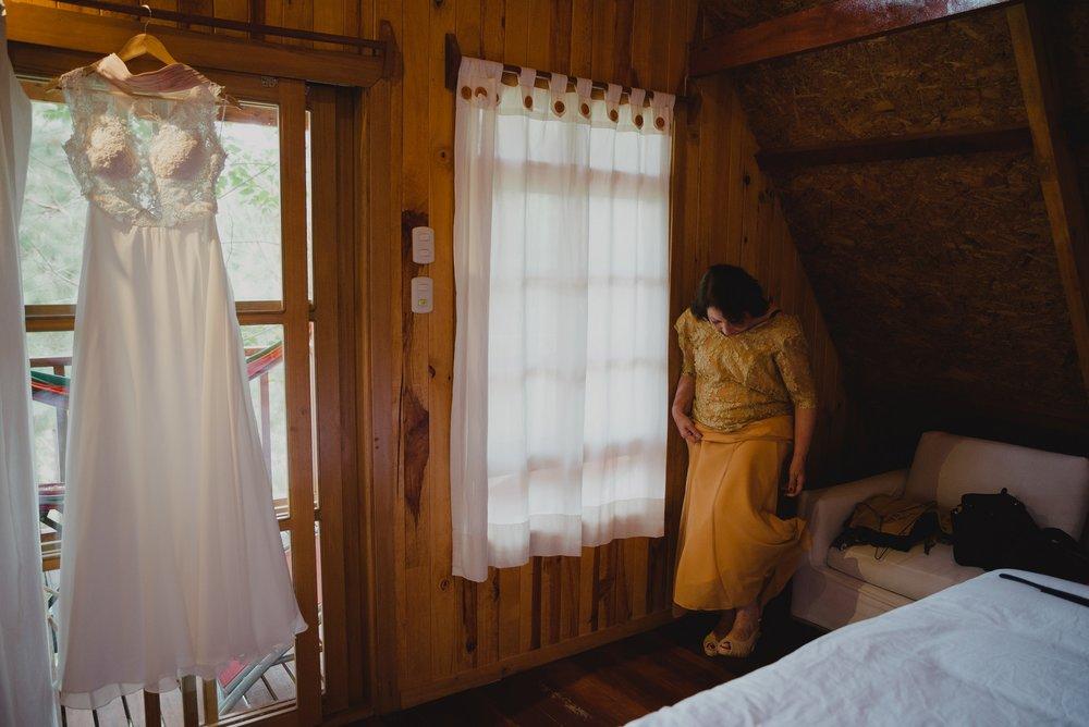 vestido de novia y madre preparándose