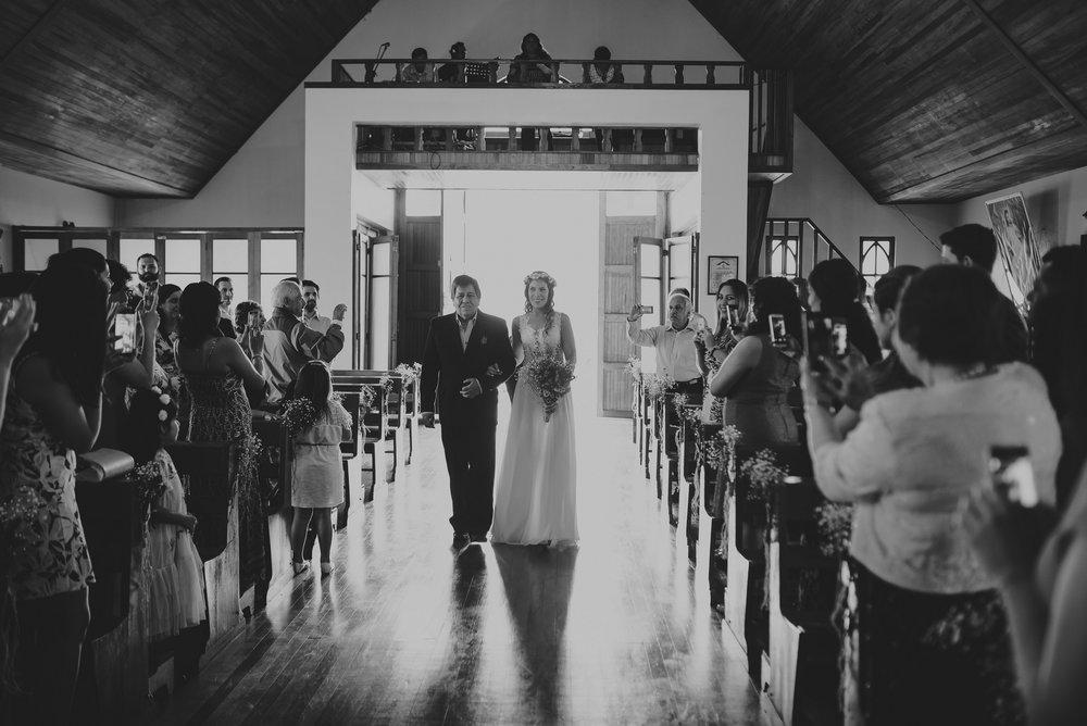 novia caminando hacia el altar