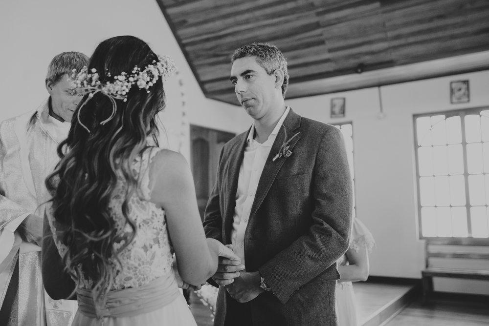 novios en el altar boda en oxapampa