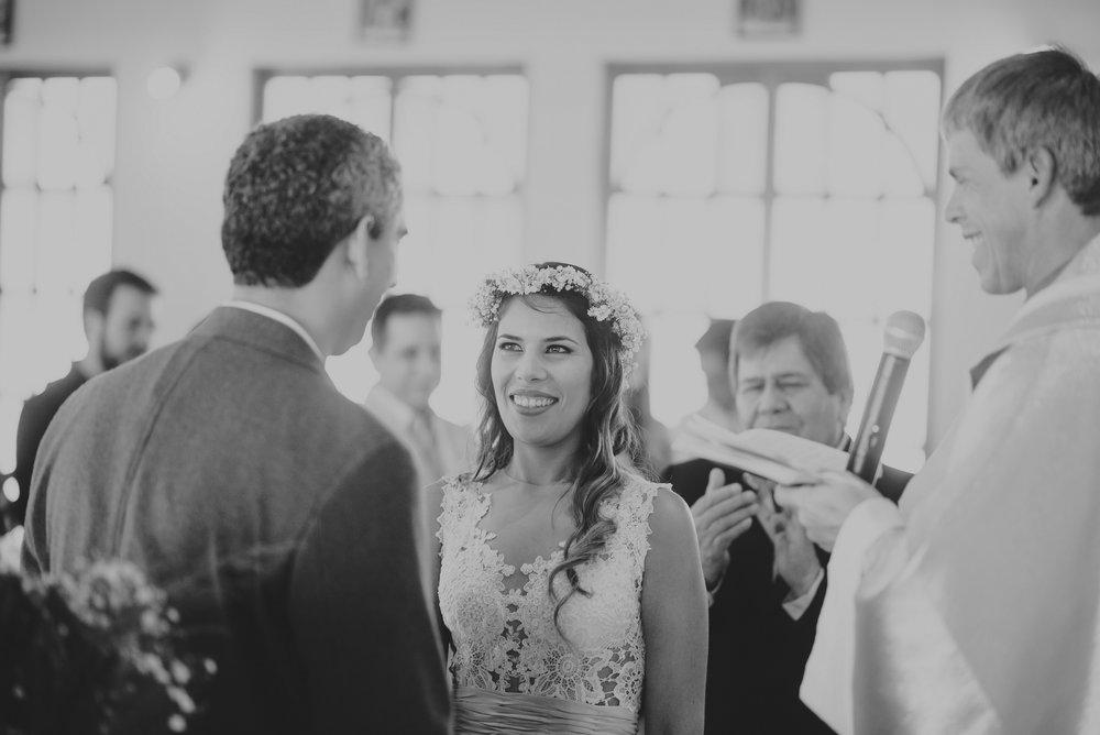 miradas de los novios en su boda