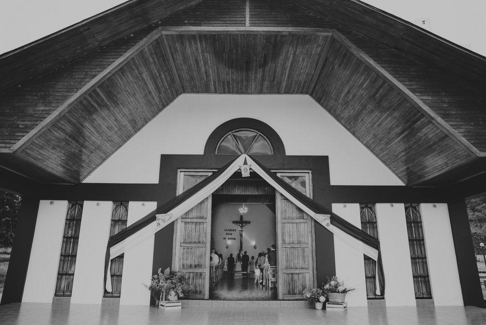 fachada de iglesia en plena boda oxapampa