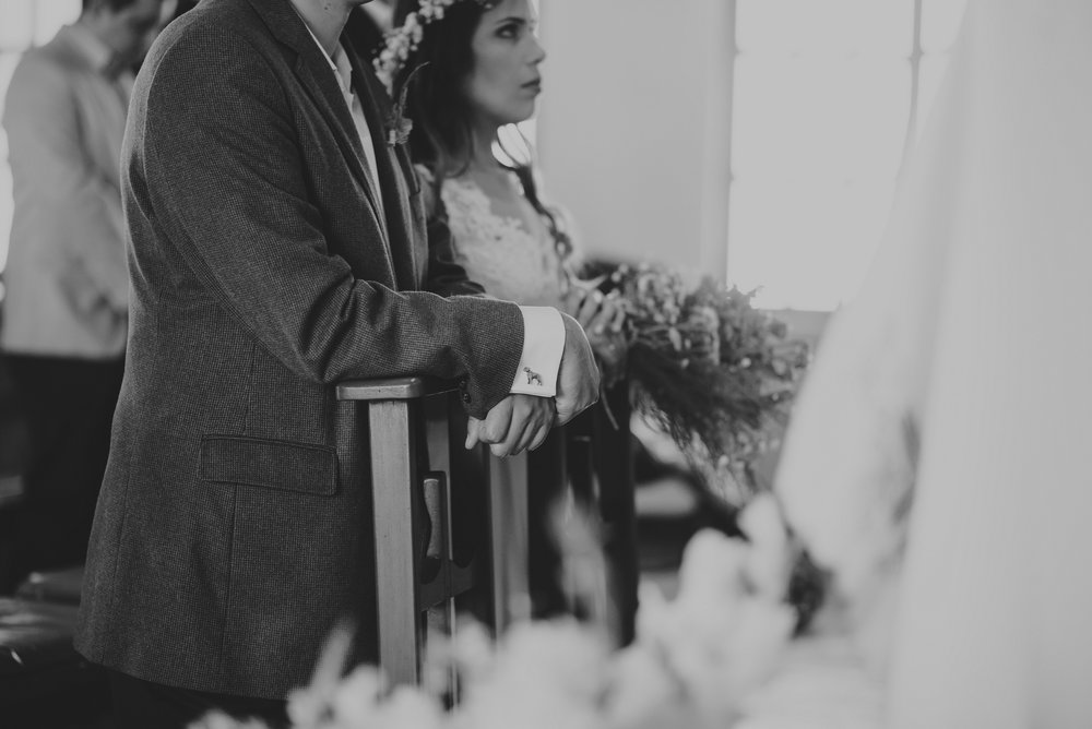 novios arrodillados en boda