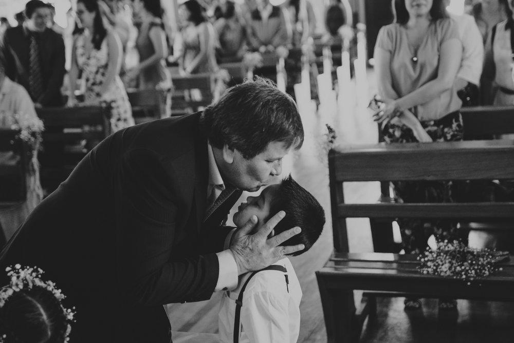 abuelo besando a nieto en boda