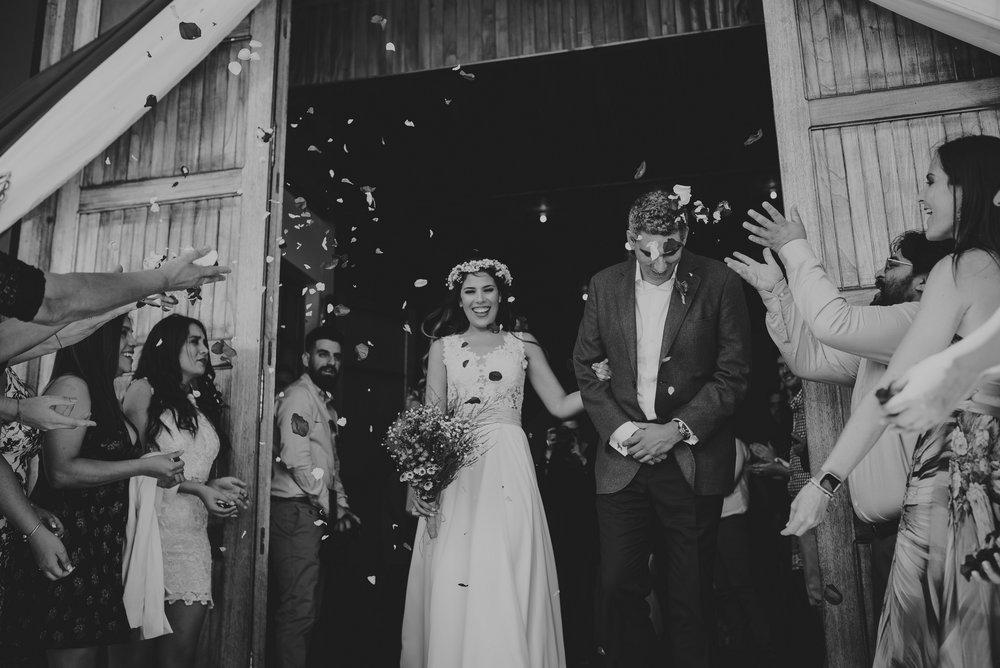novios saliendo de iglesia luego de su boda
