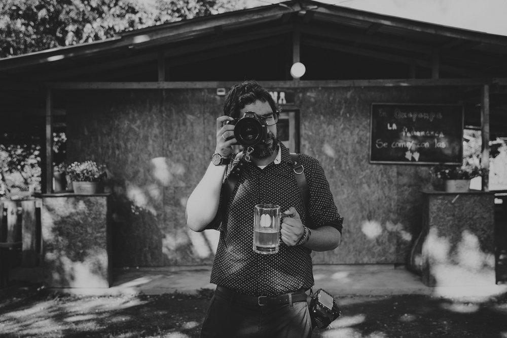 fotografo tomando cerveza en boda