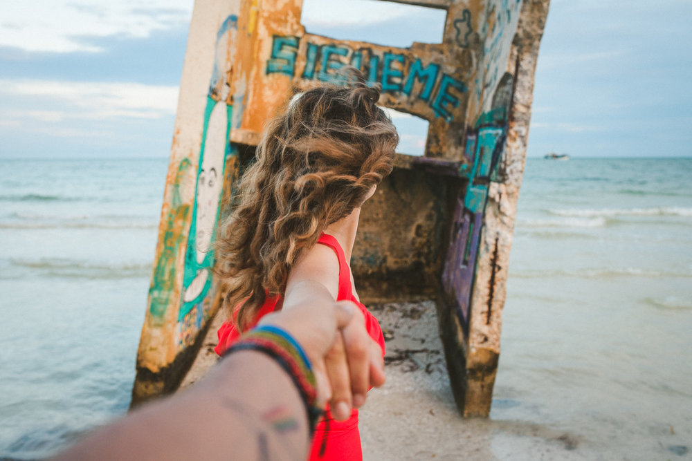 pareja de la mano en holbox mexico