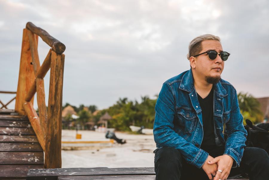retrato Carlos Schult en la playa Holbox