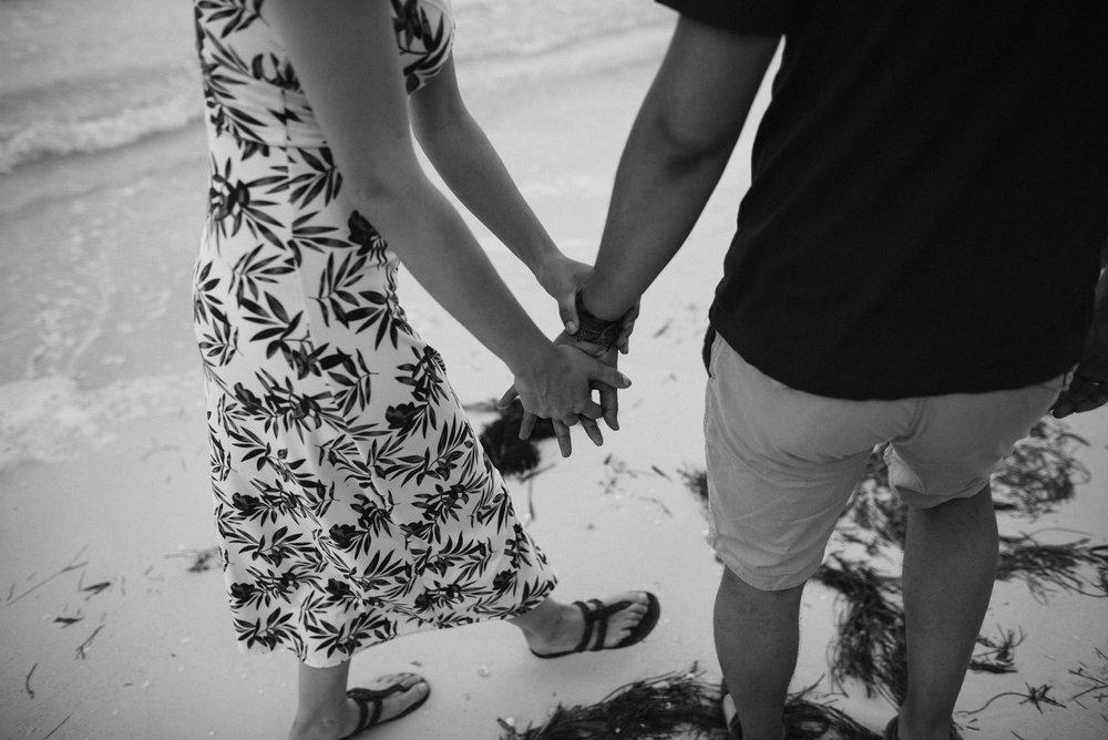pareja tomada de la mano en la playa holbox