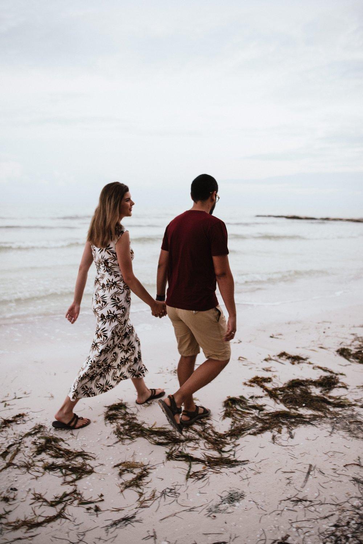 pareja caminando por la playa en holbox