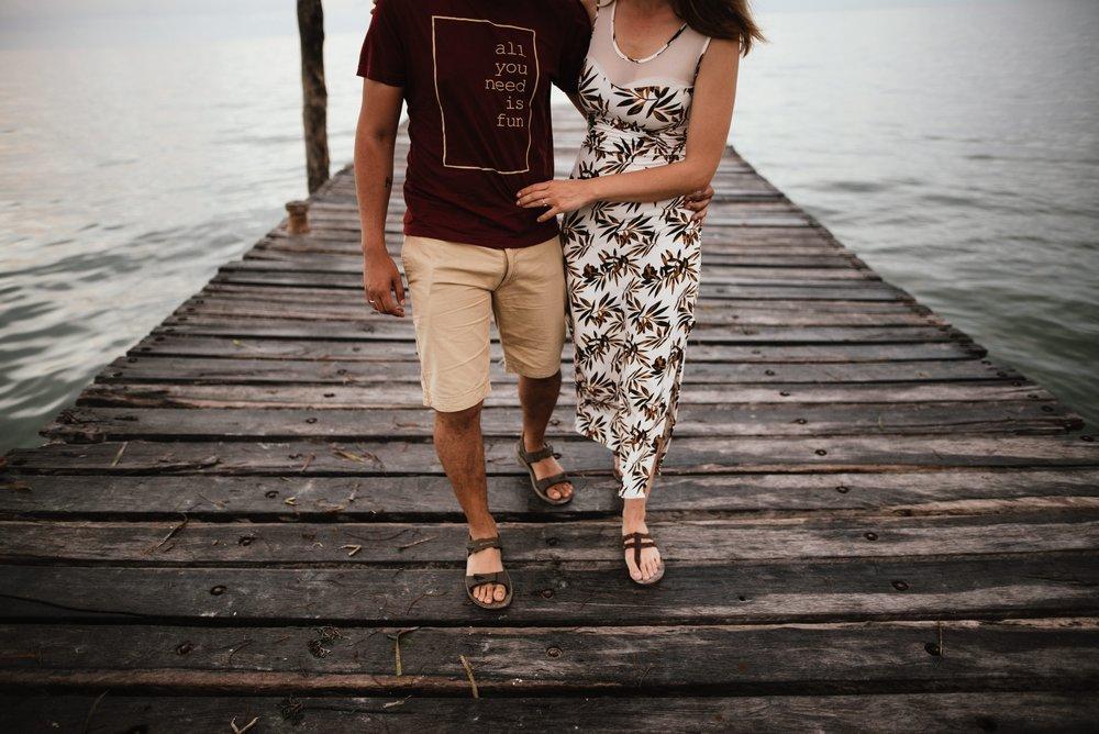 pareja caminando por el muelle de holbox