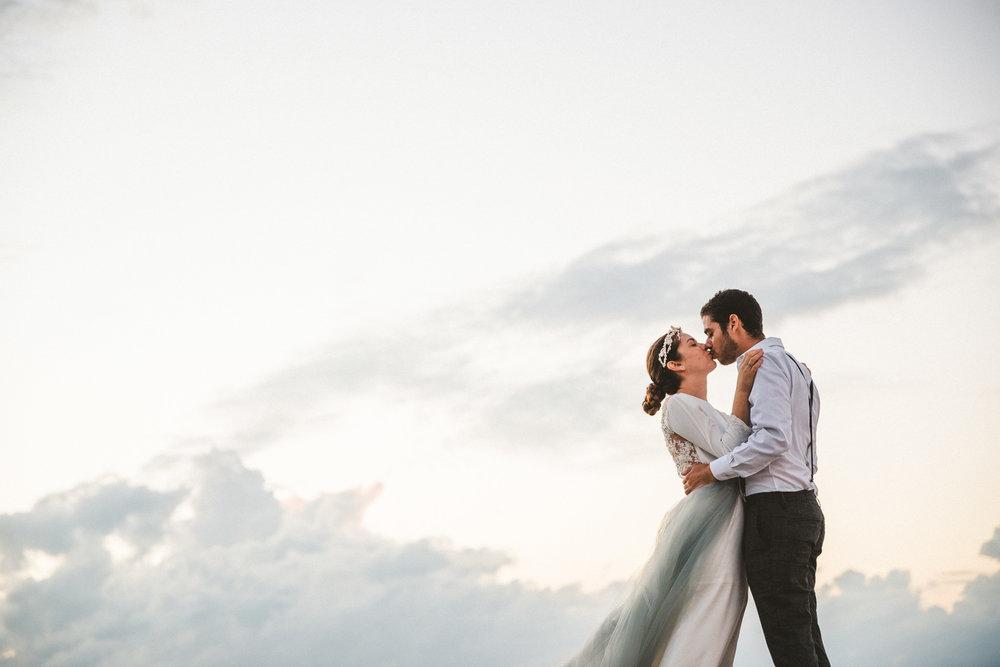 beso apasionado en la playa