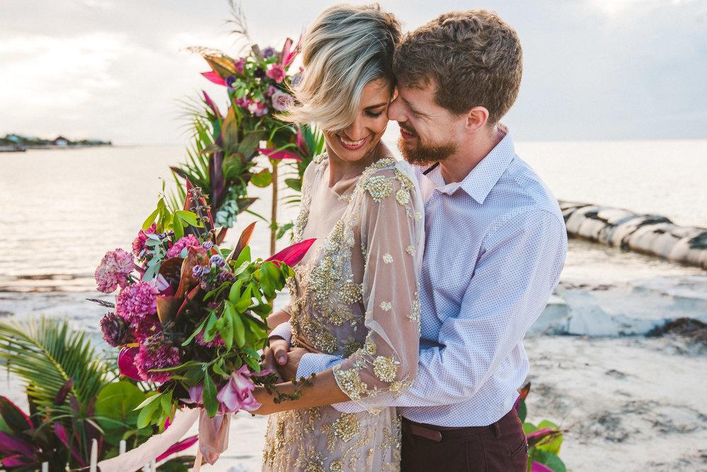 novios recien casados en la playa