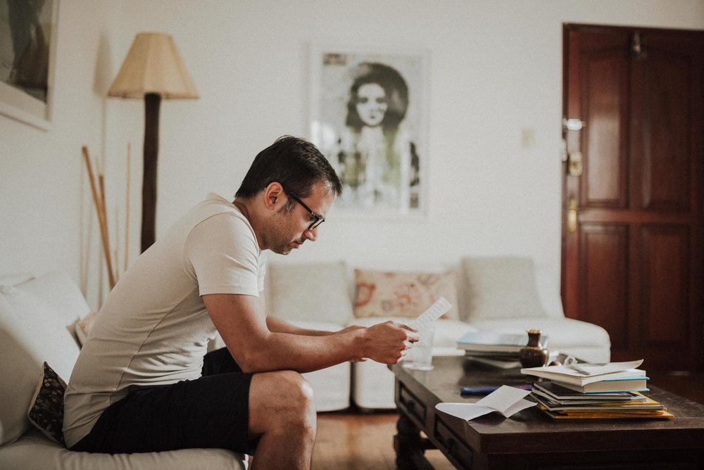 chico leyendo carta de amor