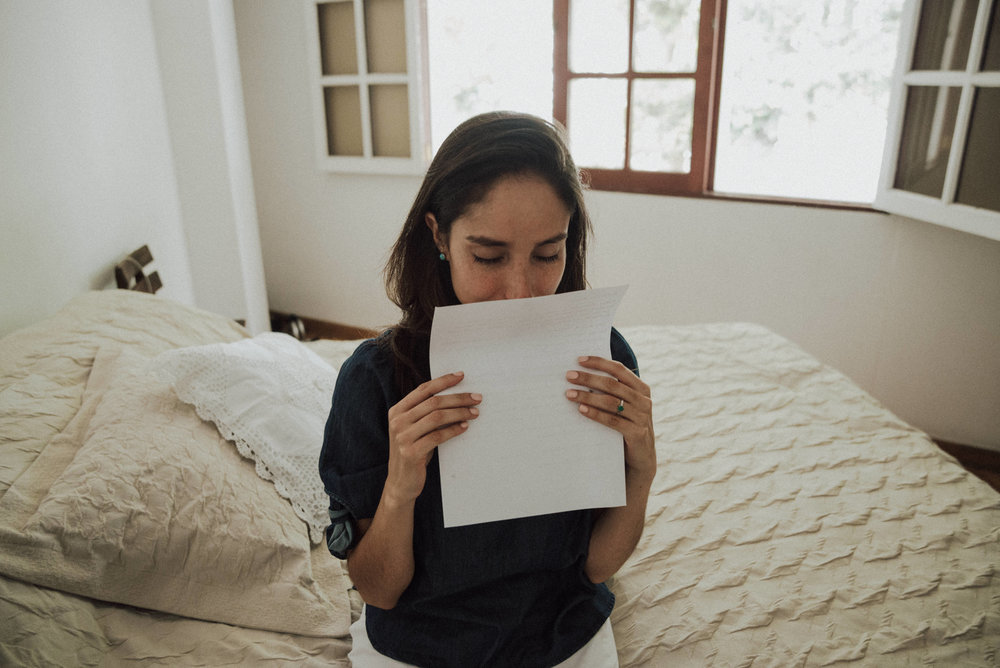 chica leyendo carta de amor