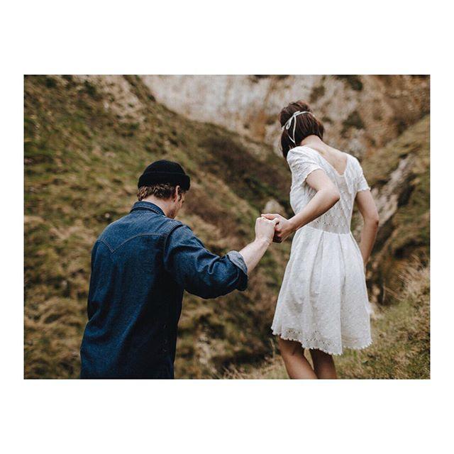 Capturer les choses qui vous lient... . . . . #weddingphotographer #weddingdestinationphotographer #intimateweddingphotographer #intimatewedding #storytellingphotographer #couplesshoot #twolovers #couplesession #lovession #frenchweddingphotographer #engagementshoot #elopement #organicwedding #huffpostwedding #junebugweddings #belovedstories #elopementcollective #photographemariage #bohowedding #elopementphotographer #seancecouple  #brideandgroom #frenchwedding #bride