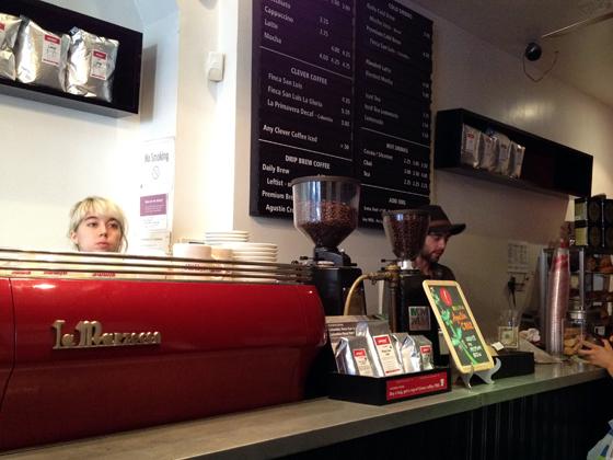 この店内写真は2年前のものなので、コーヒー豆の袋が今のデザインとは違うよ