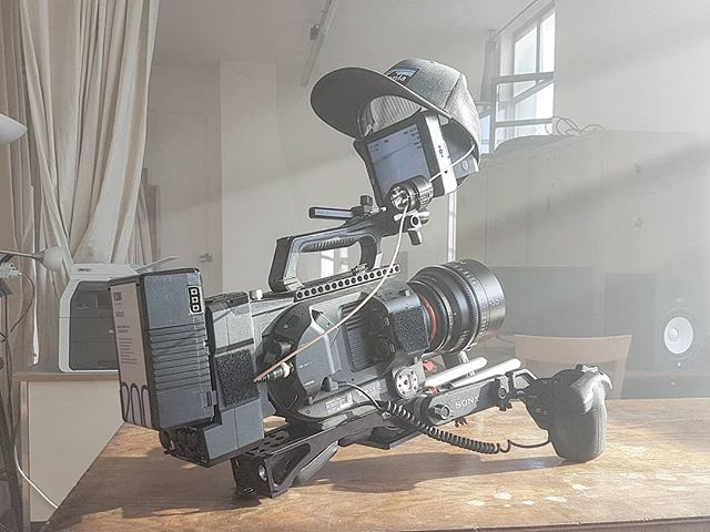 No sun hood? We have the solution! . . . #imajack #filmmaking #sonyfs7 #xeen #smallhd #cinematography #patagonia #shittyrigs