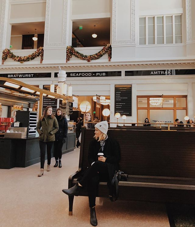 All this rain just makes me wanna post up in a union station like I'm waiting for my Hallmark movie husband to show up 🙋🏼♀️