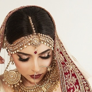 One of our favourite bridal pictures of all time! . Hair & Makeup: @afterglowstudios Model: Natasha Kanji @natasha.kanji Bling: Manny's Boutique @mannys_boutique Outfit: Bombay Couture @bombay_couture Mendhi: Mehndi by Iti @mehndibyiti . . Planning a wedding? We are accepting bridal and non-bridal bookings for 2018 and 2019! For bookings and inquiries, please contact Afterglow Studios at ‪778.995.4777‬ or info@theafterglow.ca. . . 📷: Patryk Widejko @widejkoweddings . . . #vancouvermua #vancitymua #vancityhype #curiocityvan #dailyhivevan #narcityvancouver #vancouverisawesome #vancitybuzz #vancityvogue #discoverportrait #pursuitofportraits #giantsquare #airbrushmakeup #vancouvermakeupartist #vancouverweddingphotographer #pursuepretty #discoverportraits #postitfortheaesthetic #vancouverwedding #weddinginspo #weddingideas #weddingmakeup #weddingmua #hairandmakeup #bridalmakeup #southasianwedding #indianwedding #indianbride #southasianbride