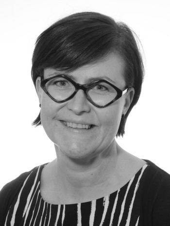 Tuulia tuomi - Hoitaa talousasioita yhdessä Tiina Lehtisen kanssa.