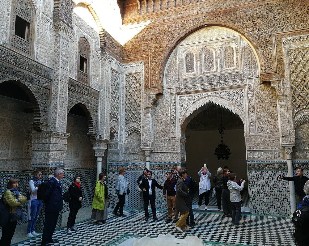 Yksi retkipäivän kohteista oli Al-Attarine Madrasa Fèsin medinassa.
